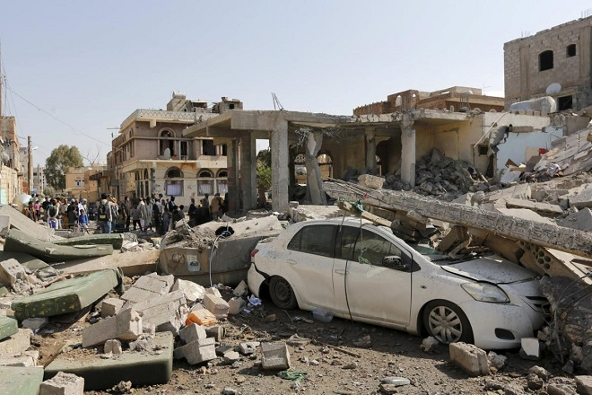 People gather at the site of Saudi-led air strikes in Yemen's capital Sanaa September 17, 2015.  At least nine Yemeni civilians were killed in air strikes by Saudi-led warplanes that targeted the home of a leader in the dominant Houthi movement in the capital Sanaa, medical sources said on Thursday. REUTERS/Khaled Abdullah       TPX IMAGES OF THE DAY